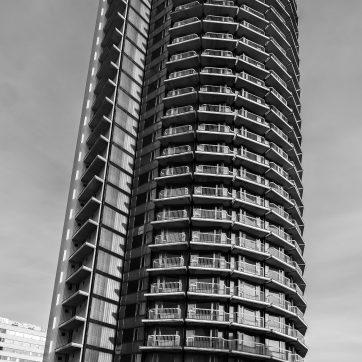 Gebaut zwischen 1973 und 1978 steht das Hochhaus heute auf einem Kasernengelände
