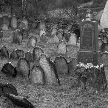 Jüdischer Friedhof in Rabí (deutsch Rabi), rechts die Grabstelle der Familie Fürth