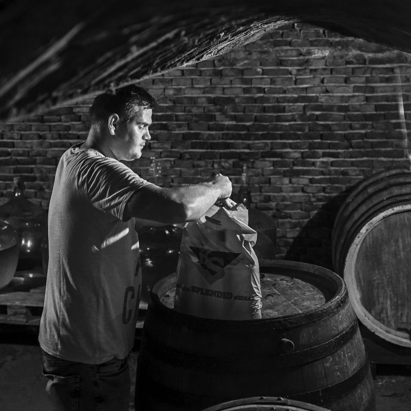 Ovidiu füllt Wein für uns ab