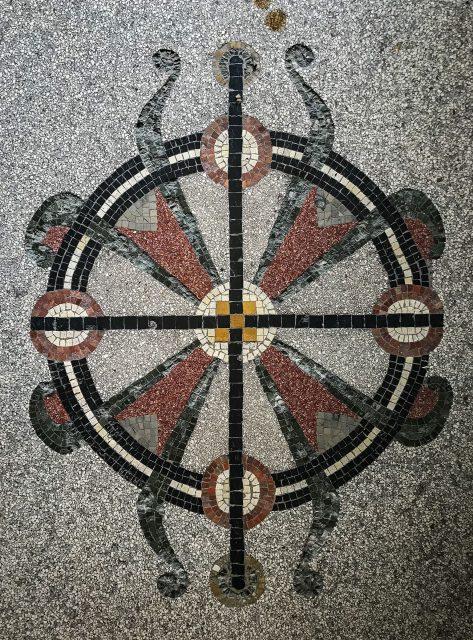Fußbodenmosaik, Mathildenstraße 1